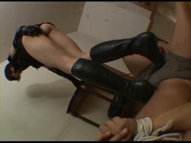 黒ブーツ処刑人 ブーツ泥棒はブーツで徹底的に叩きのめされるのが宿命よ!