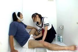 まん汁つきパンツを頭にかぶせ、手コキ発射後小便をかける女子校生