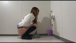 ご奉仕女子トイレの床下に住む完食執事 その2