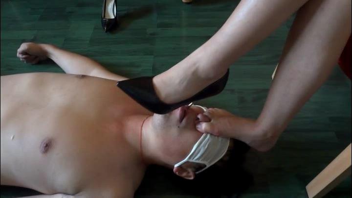 中国S女の強制足舐め奉仕 ヒール舐め・足嗅ぎ・踏み付け