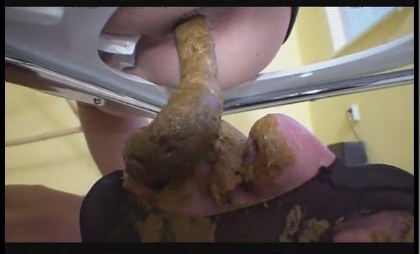 大量の糞にまみれながら糞尿を食べる人間便器