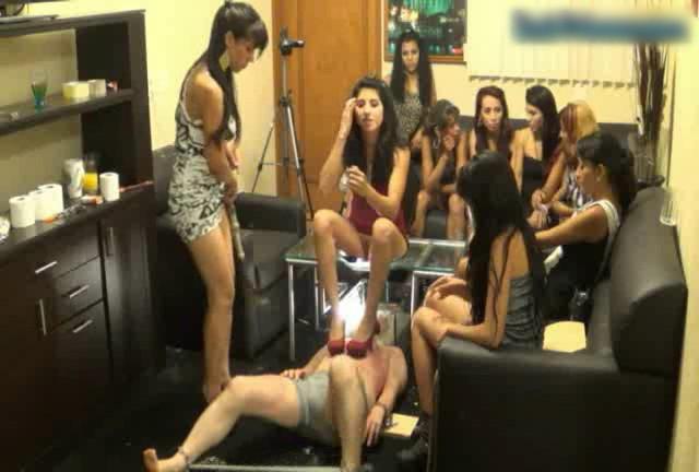女性集団の人間便器拷問 入れ替わり立ち代わり容赦なく糞尿を食わせる Part.1