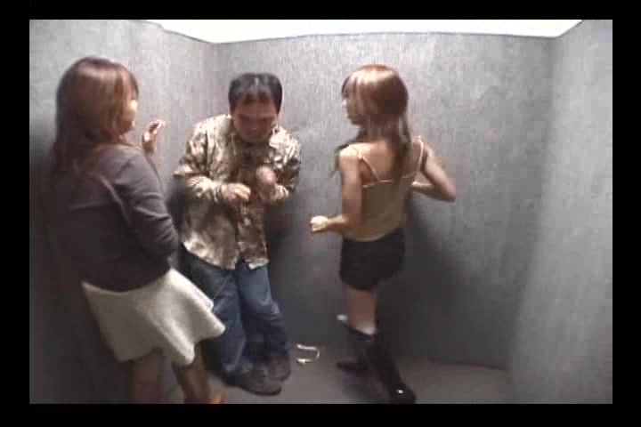 ギャル3人組のM男リンチ - 蹴り・唾吐き・ヒール責め・ヒール踏み