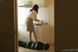 先行配信動画:いもむし男として女上司に飼われているマゾ男1
