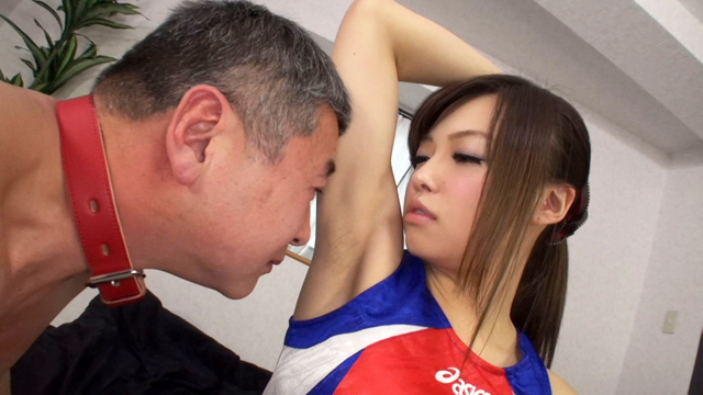 可愛い女子の汗臭い匂いを嗅がされるM男