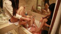 脚を洗いながら溜まった汚水で水責め・足責めするS女2人組