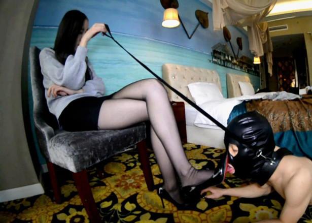 中国女王様の美脚に屈服するM男2
