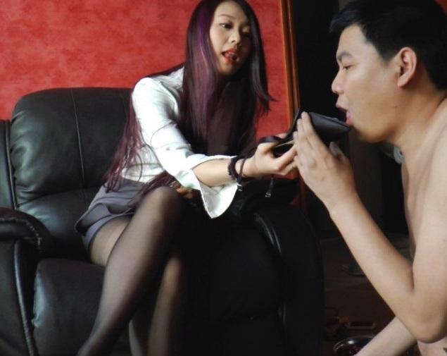 M男に靴底舐め掃除させる中国女王様