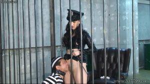 空腹と射精管理で女看守に支配されていく囚人