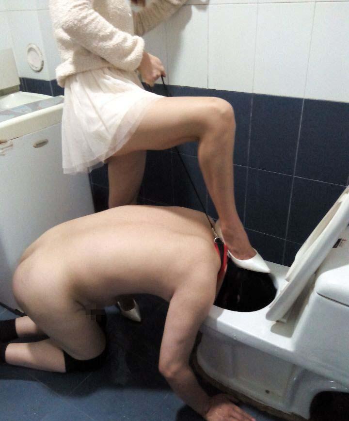M男便器舐め掃除