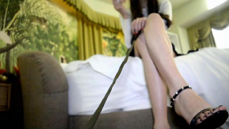 【バーチャルアングル】中国女王様に飼われて足調教を受けるM男