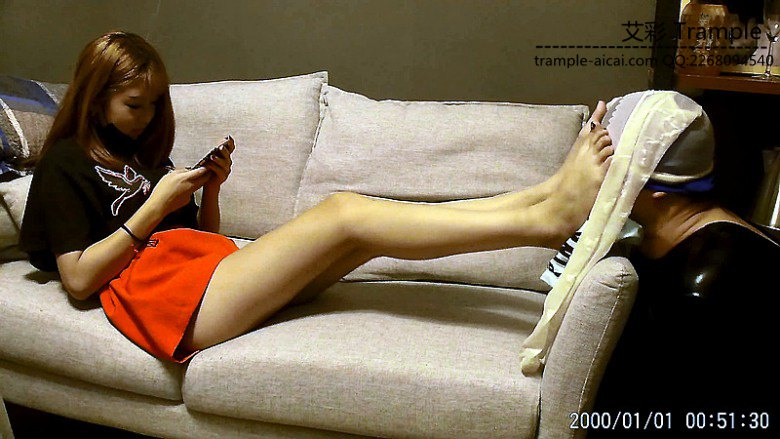 スマホをいじりながら脚フェチ奴隷調教する中国ギャル