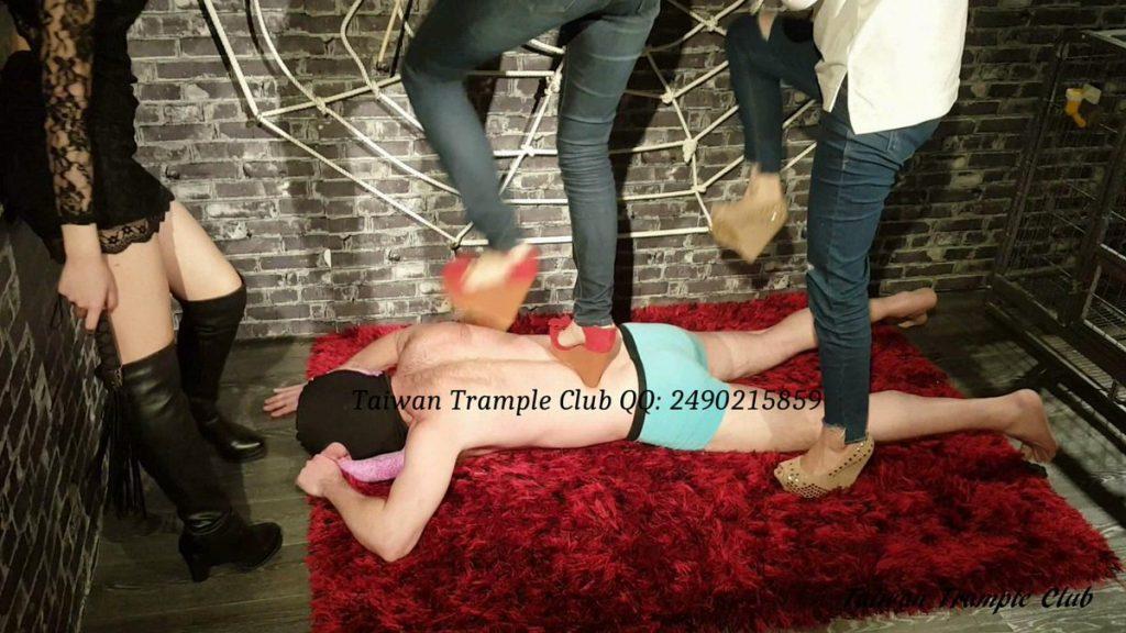 ハイヒールでM男をグリグリ踏みつける台湾女王様2