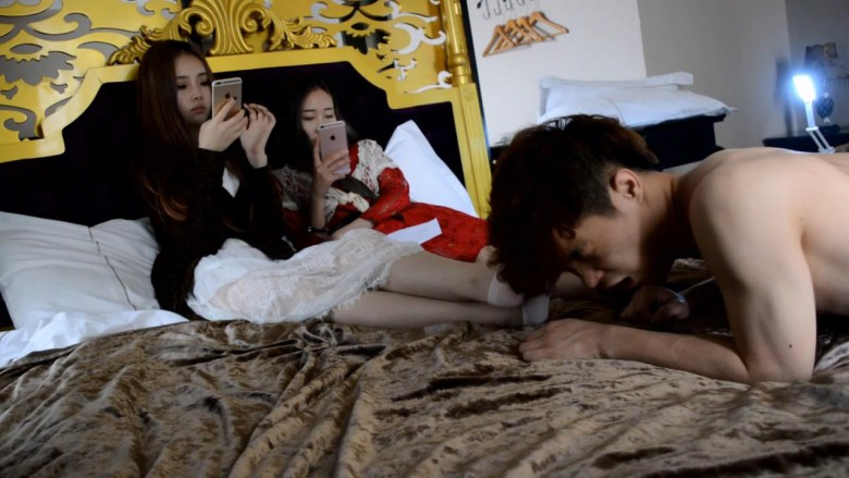 スマホをいじりながらM男にじっくり脚舐めさせる中国美女2人組