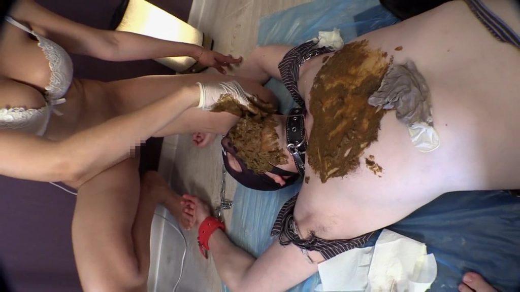 【海外】美女2人組のアナルを舐めさせられ、うんちを食わされるM男