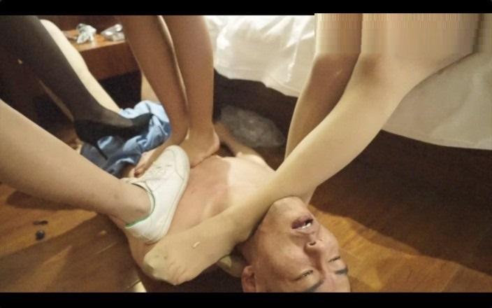 中国S女集団のM男足奴隷