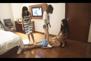 m-man-foot-slave-of-chinese-s-female-group (5)