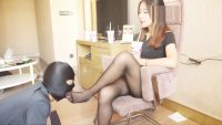 中国美女の美脚にひれ伏すM男 2
