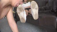 中国女王様の汚れた靴底を舐め掃除するM男 2