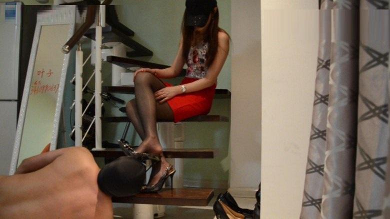 中国女王様の汚れた靴底を舐め掃除するM男