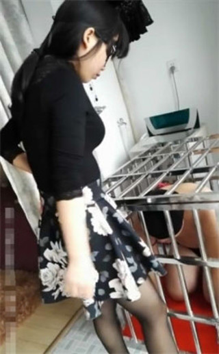 中国美人女王様の人間トイレットペーパー(黄金付きアナル舐め掃除)
