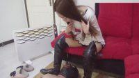 汚いブーツの靴底を舐め掃除させられる中国M男