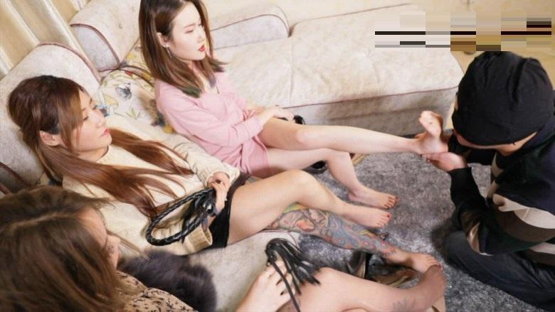 集団中国美女のM男嬲り 靴舐め足掃除