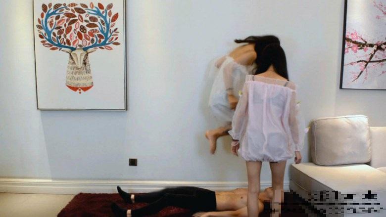 中国美少女の脚でイジメられ、口を灰皿代わりに使われるM男