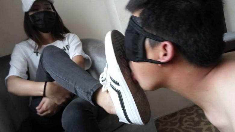 スニーカーの靴裏を舐め掃除するM男 in 中国