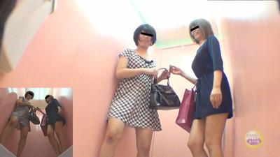 女性2人組の同時放尿 前後・左右からオシッコが・・・【バーチャル人間便器】