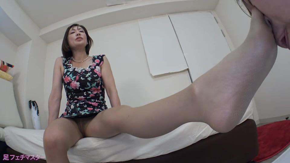 嶋崎かすみさんが変態M男を足責め射精!