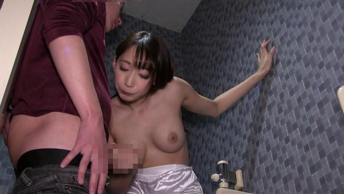 公衆便所に真性痴女降臨【激臭顔責め手コキ抜き!】