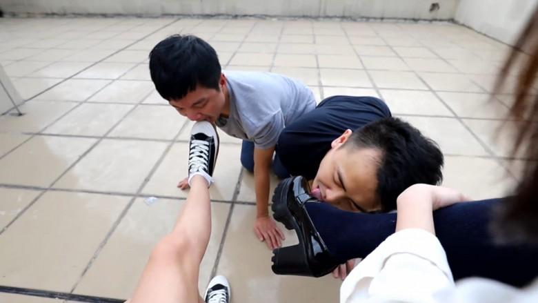 中国女子校生2人組が野外でM男調教 11