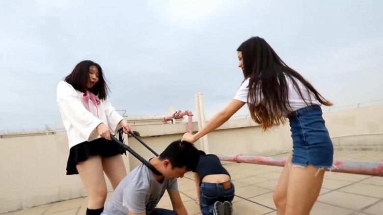 中国女子校生2人組が野外でM男調教 12
