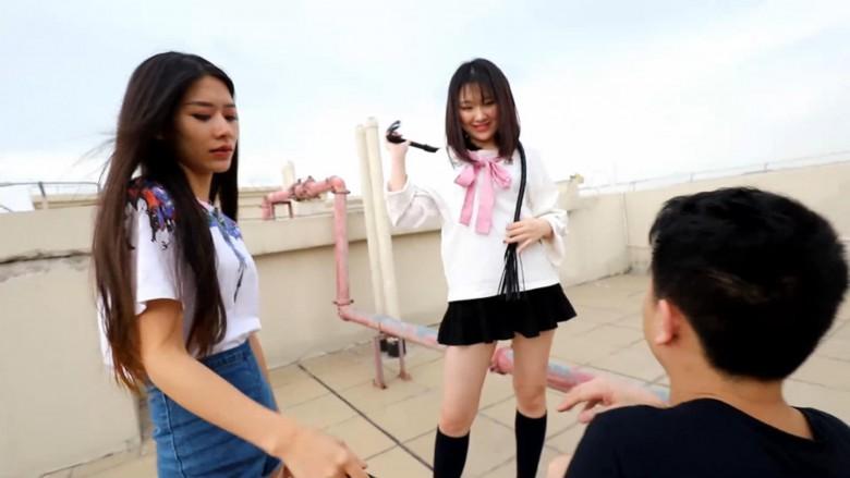 中国女子校生2人組が野外でM男調教 14