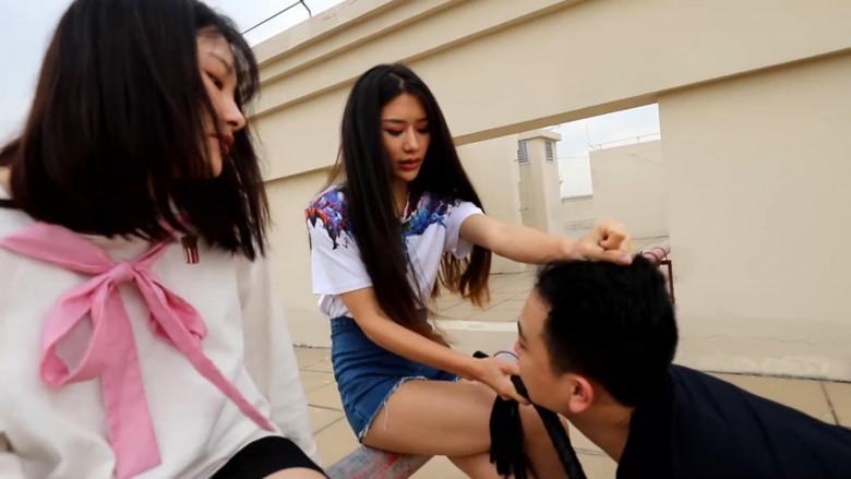 中国女子校生2人組が野外でM男調教 18