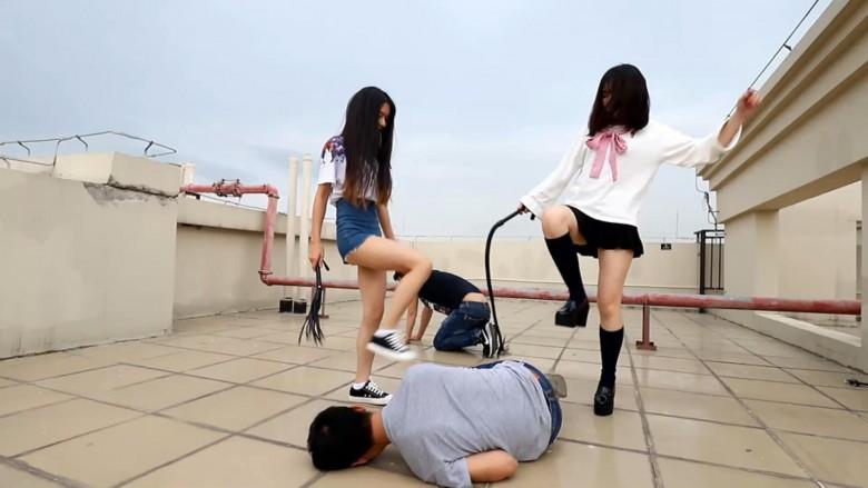 中国女子校生2人組が野外でM男調教 22