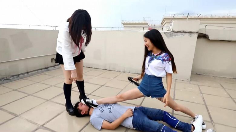 中国女子校生2人組が野外でM男調教 07