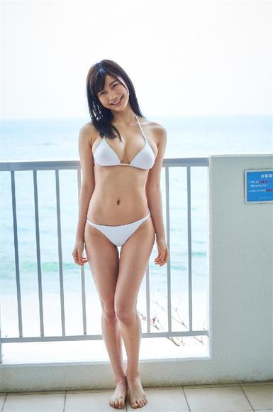 小倉優香(グラビアアイドル)がJK姿で男の顔踏み