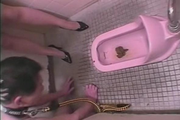 便器舐め調教 便器内にある糞尿を無理やり食べさせられる