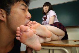 女の臭い足舐め