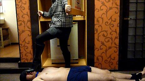 黒ブーツドSお姉さまによる踏み付けM男いじめ 画像 01
