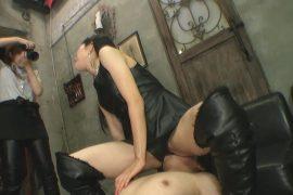 座る女性 パンプスプランニング