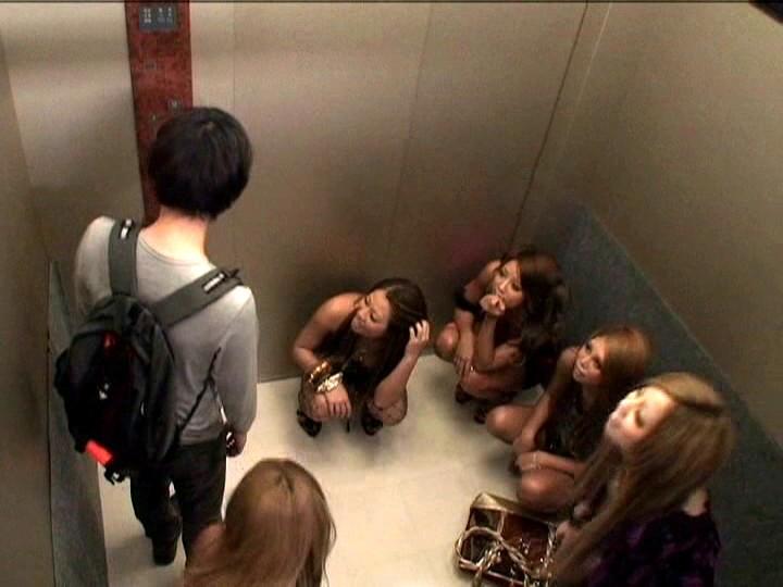 パニック寸前!!突然急停止したエレベーターの密室でギャル5人に無理矢理抜かれちゃいました!! 画像 02