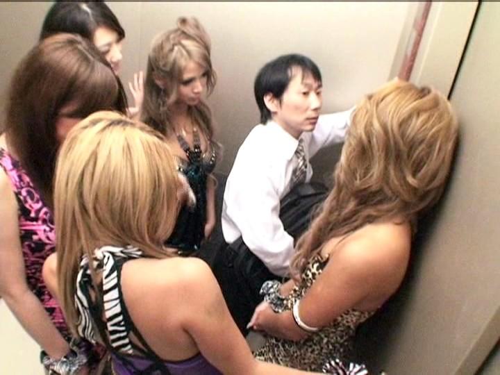 パニック寸前!!突然急停止したエレベーターの密室でギャル5人に無理矢理抜かれちゃいました!! vol.2 画像 01