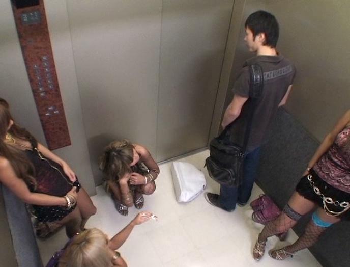 パニック寸前!!突然急停止したエレベーターの密室でギャル5人に無理矢理抜かれちゃいました!! vol.3 画像 10