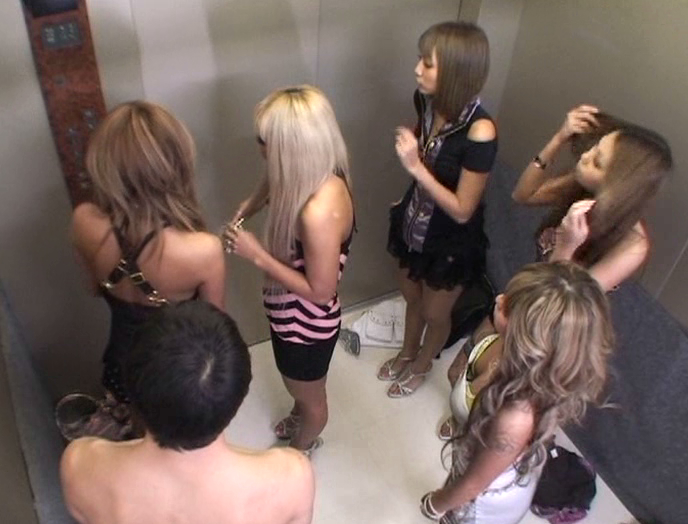 パニック寸前!!突然急停止したエレベーターの密室でギャル5人に無理矢理抜かれちゃいました!! vol.3 画像 14