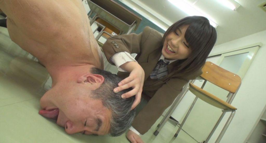 M男大好き♡ムチムチ小悪魔女子校生のM男イジメ 葵こはる 画像 20