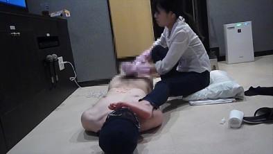 ドS飲食店店員のヒール&スニーカー&聖水M男いじめ 画像 09