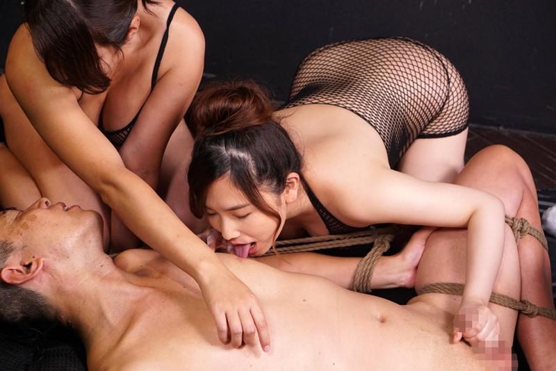 身動き取れない状態で三人の女に取り囲まれて乳首と肉棒と… 画像 02